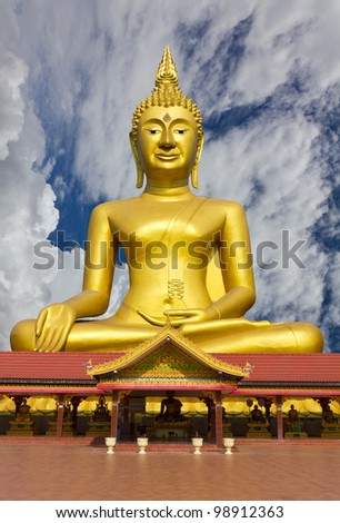 Statue of Buddha with a large statue of disciples.