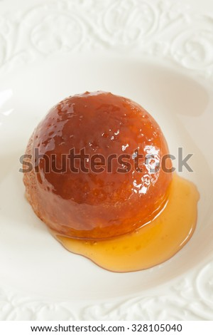 Steamed golden syrup sponge pudding