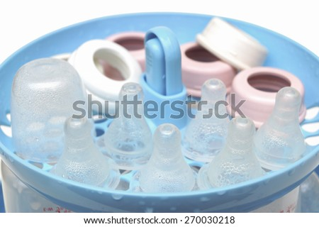 Steaming and sterilizing nipples and milk bottles for baby