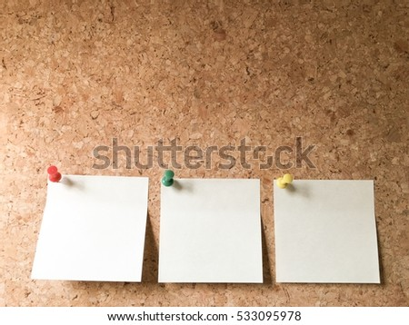 Sticky note on cork board