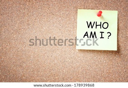 sticky pinned to corkboard with the phrase who am i? . room for text. - stock photo