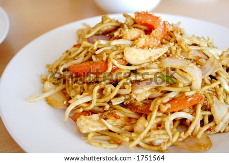 Stir-fry noodle with chicken, prawns, sprout, onion and tomato