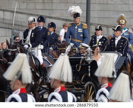 STOCKHOLM - JUN 13, 2015: The swedish Prince Carl-Philip Bernadotte and his wife Princess Sofia Hellqvist a few minutes after the royal wedding waiving to the audience