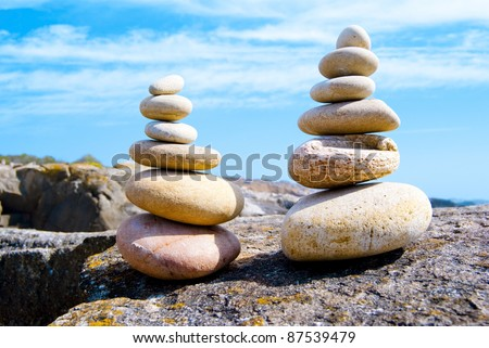 stones of different shapes  spread out sand in a particular order