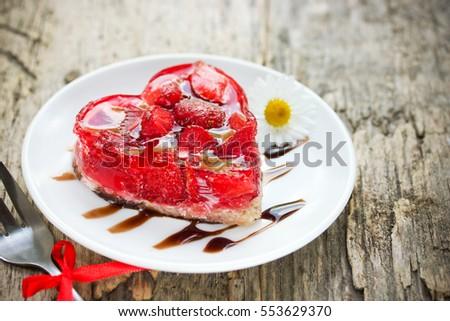 Dâu bánh tráng miệng trái tim vào ngày Valentine, Ngày Valentine cổ điển bánh hình trái tim với dâu tây tươi trong thạch, món tráng miệng có gluten