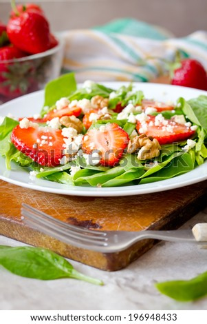 Strawberry with spinach and walnut salad