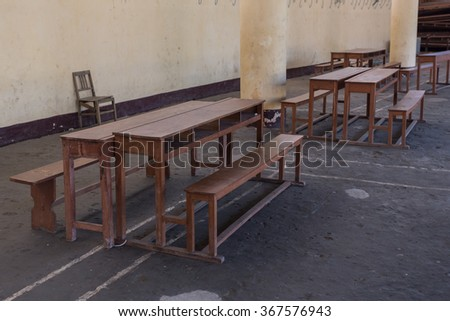 student desks stand in the room