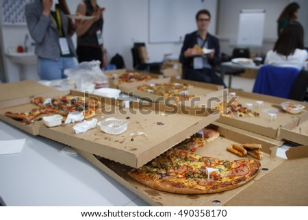 students eating pizza while preparing for exam