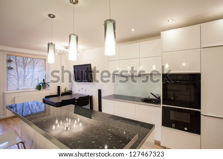 Stylish flat - Bright kitchen with a dark table