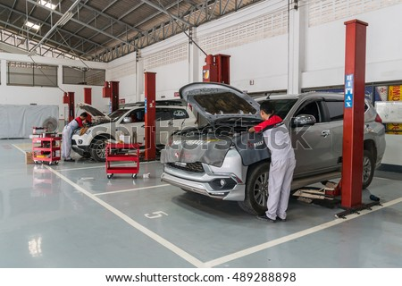 SUKHOTHAI - SEPTEMBER 24:mechanic repairing  car at MItsubishi Motor Service station on September 24, 2016 in Sukhothai, Thailand.