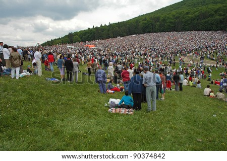 SUMULEU CIUC, ROMANIA - MAY 29: Crowds of Hungarian pilgrims gather to celebrate the Pentecost and the catholic pilgrimage tradition, May 29, 2004 in Sumuleu Ciuc (Csiksomlyo), Romania