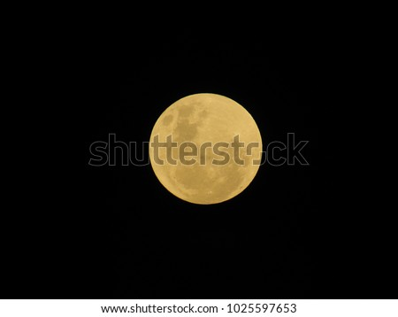 super full moon that looks like a golden circle on a black background that happened in January 2018, sp, brazil