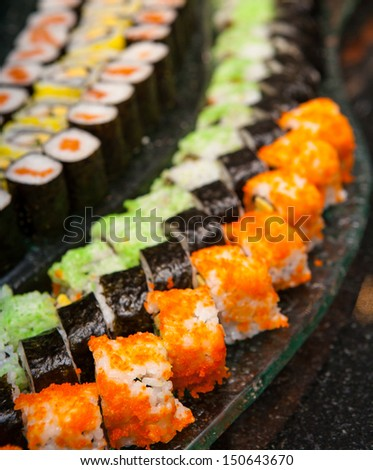 Sushi are arranged on the curve plate