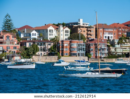 Sydney view from the ocean with boats and homes.