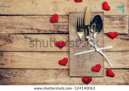 Bảng thiết cho lễ kỷ niệm Ngày Valentine.  Gỗ bảng và nơi đặt bạc với trái tim đỏ cho ngày Valentine.
