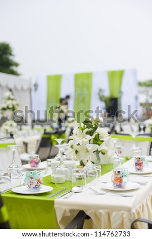 Table setting for a outdoor wedding with flowers
