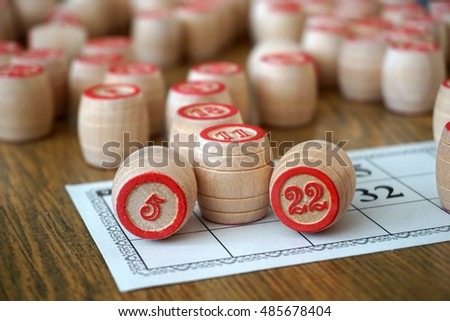 Tabletop lotto game with wooden elements. Keywords: win! Victory!