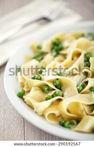 Tagliatelle with cream and peas
