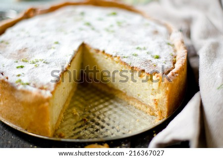 Tart with cream and lime