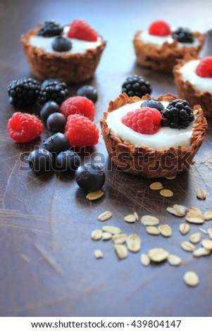 Tarts with oat cereals, yogurt and fresh berries