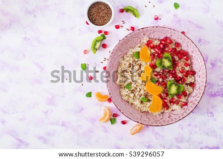 Ngon và khỏe mạnh cháo bột yến mạch với hạt trái cây, quả mọng và lanh.  bữa ăn sáng lành mạnh.  thực phẩm tập thể dục.  dinh dưỡng hợp lý.  Ăn sáng trên Ngày Valentine.  Top xem.  nằm phẳng