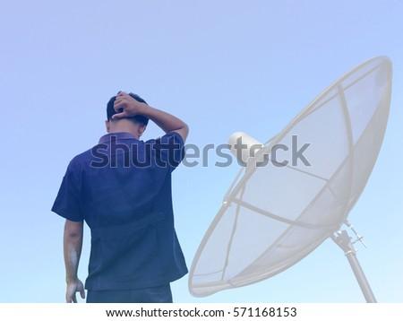 Man Dish Antenna Im genes pagas y sin cargo y vectores en stock – Satellite Dish Technician