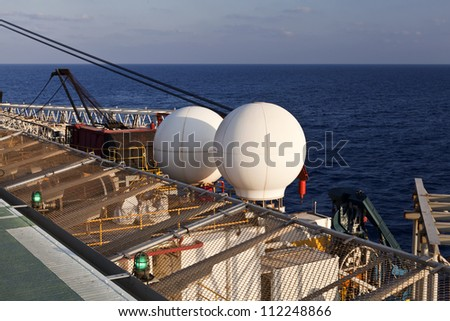 Telecommunications dishes and antennas for mobile connection on board of a drilling platform