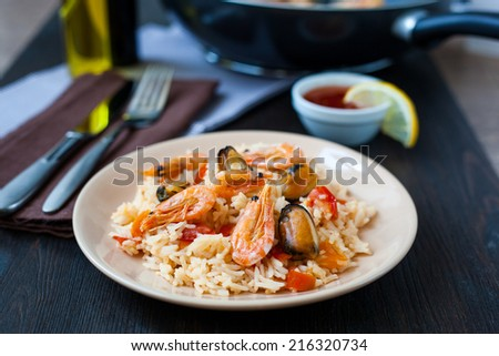 Thai dish of stir fried rice noodles with prawns and mussels - stock photo