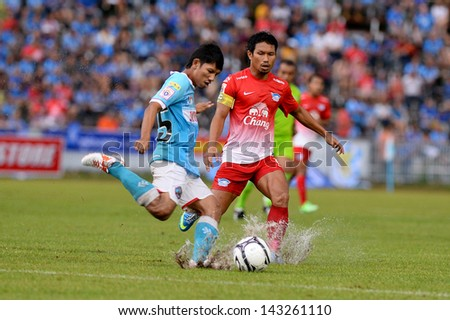 THAI-Jun22:Pipob On-Mo(R)of Chonburi FC compete for the ball during Thai Premier League between samutsongkhram fc and Chonburi F.C.at SamutSongkhram Stadium on June22,2013 in Samutsongkram,Thailand.