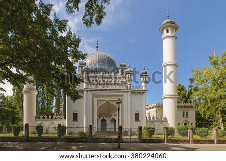 The Ahmadiyya Mosque in Berlin-Wilmersdorf was build in the 1920s. The architecture is based on the model of the famous Indian Taj Mahal.