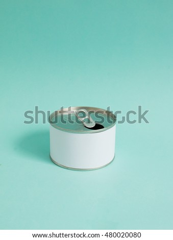 The blank white label can on blue background. Side light