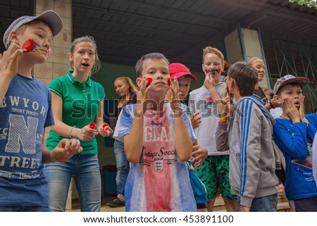 The children painted paint. Editorial.  Russia. Yaroslavl region. 08.07.2016