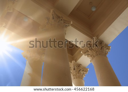 The columns of the Corinthian, Bright sunlight