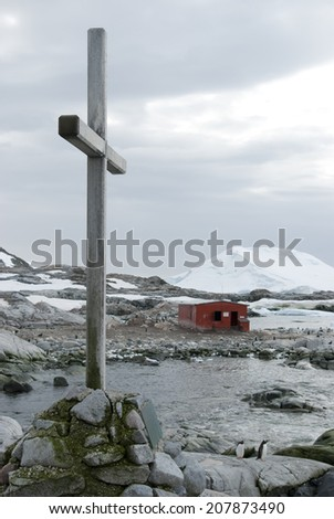 The cross on the grave of the dead wintering - stock photo