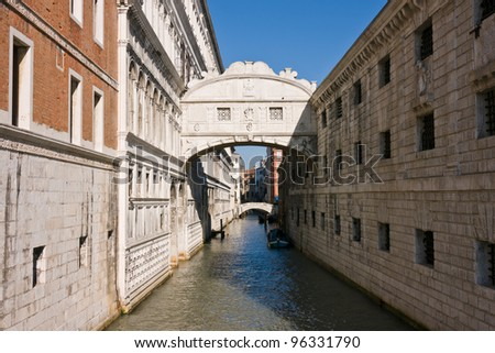 The famous bridge of Sighs (Ponte dei Sospiri) between the Doges Palace and the prison - Venice, Venezia, Italy, Europe