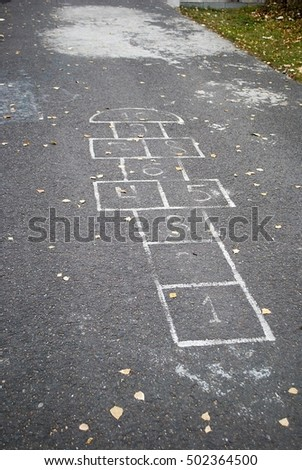the Figure for children's play hopscotch on the pavement/ Classics