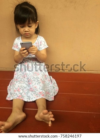 The girl playing the smartphone alone does not care about anyone, smartphone effect to kid