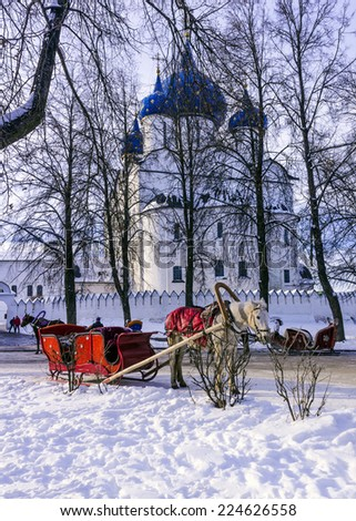 The golden towns of Russia - Suzdal. A horse harnessed to a sled - traditional Russian historical transport  on the streets of the old town Suzdal near the Kremlin - stock photo