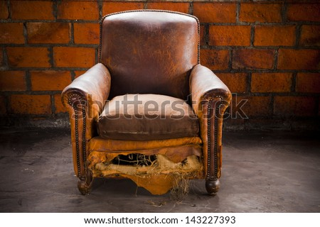 Merveilleux The Grunge Old Armchair With Top Hi Light Over The Brick Wall