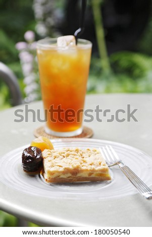 The iced tea and cake which were placed on the open terrace