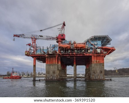 The introduction of a drilling rig to a shipyard for repairs, Oil rig