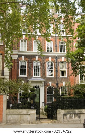 The novelist known as George Eliot (Mary Ann Cross nee Evans) (1819 - 1880) lived in this Georgian townhouse in Chelsea, London.