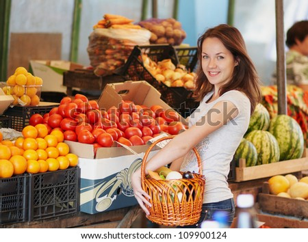 The smiling girl in the market and choosing the food