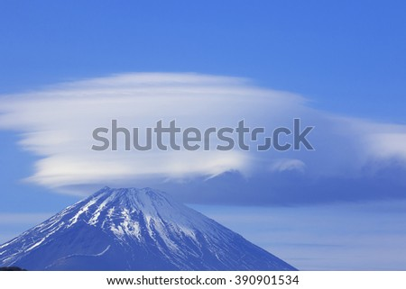 The umbrella cloud which hangs in rare Mount Fuji