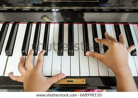 The very young piano player