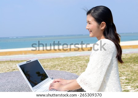 The woman who relaxes on the beachside