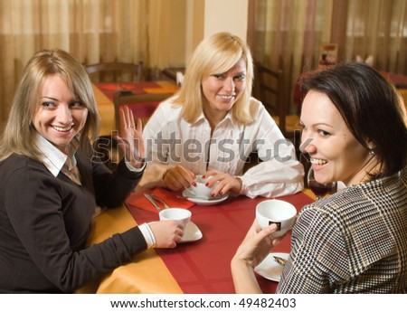 Three young women talking at the cafe