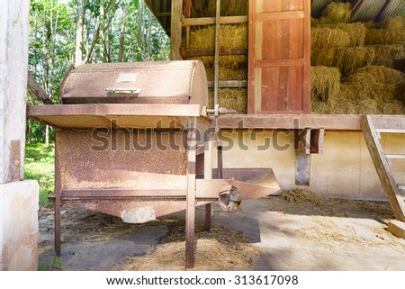 Thresher in 20 years ago . Stop use and leave it with the rice granary of the work itself, which this time was converted barn .