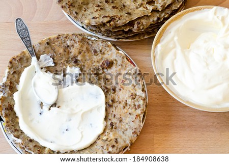 to smear hepatic pancakes with sour cream