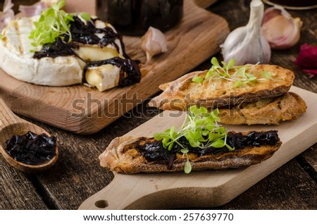 bread with brie cheese and caramelized onions, home made onion - red ...